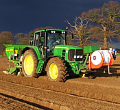 JD6633 Premium planting spuds with a Standen Big Boy H300 and team sprayer applicator